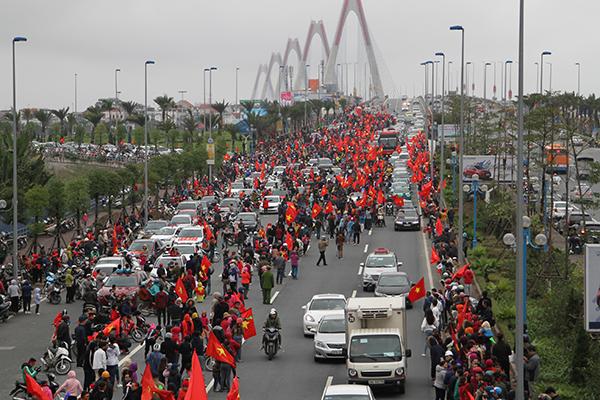 Hàng vạn người hâm mộ đã đổ ra những cung đường nằm trong kế hoạch diễu hành của thầy trò HLV Park Hang Seo từ rất sớm.