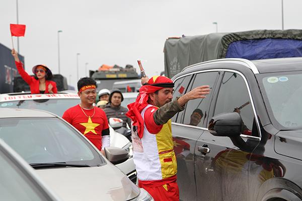 Mặc dù việc di chuyển tại đây cực kì khó khăn nhưng mọi người vẫn nở những nụ cười thật tươi khi tự mình đứng ra phân làn giao thông.