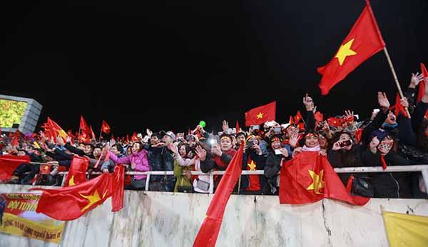 Không chỉ rước đón U23 suốt 30km trong thời gian dài, người hâm mộ còn lấp kín khán đài sân vận động Mỹ Đình có sức chứa lên tới gần 5 vạn người.