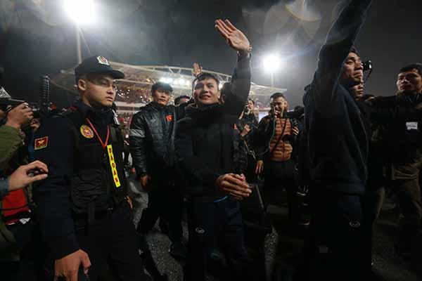 Các tuyển thủ thực hiện thêm một cuộc diễu hành quanh sân Mỹ Đình đáp lại tấm lòng của toàn thể người hâm mộ trên cả nước.
