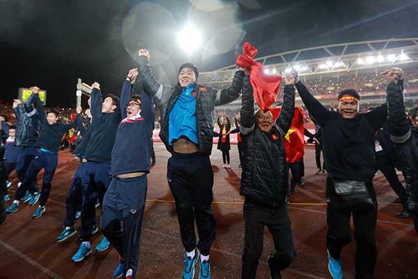 Toàn bộ đội tuyển U23 cùng nhau tri ân người hâm mộ kết thúc một ngày không thể nào quên.