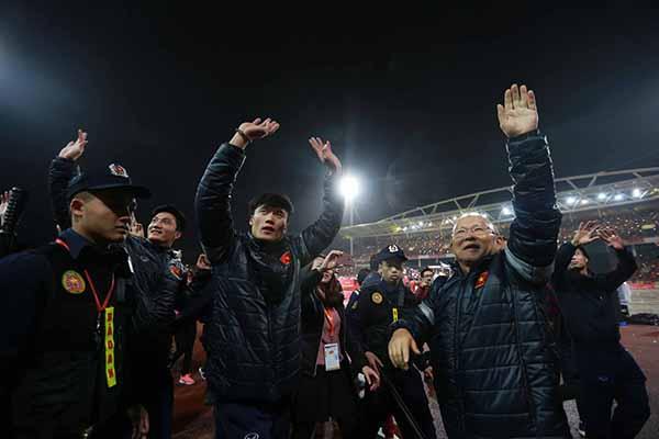 HLV Park Hang Seo và Thủ môn Bùi Tiến Dũng chào các cổ động viên trên sân Mỹ Đình.