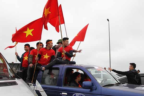 Người hâm mộ tìm mọi cách để bày tỏ tình yêu với U23 Việt Nam.