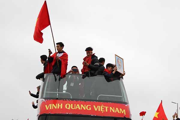 Các cầu thủ trẻ hoà mình với người hâm mộ trong lễ diễu hành kéo dài 5 giờ đồng hồ.