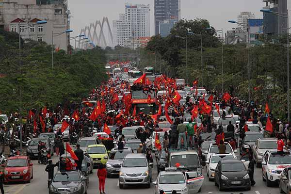 Rừng người với sắc cờ đỏ hộ tống đoàn xe bus chở những người hùng cửa bóng đá Việt Nam.