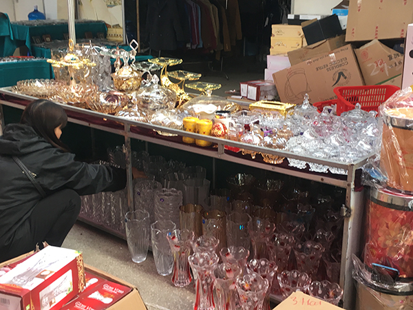 Bình hoa, lọ đựng bánh trái, mứt ngày Tết cũng đang được các chủ tiệm chuẩn bị bày bán.