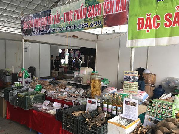 Không chỉ có cây cảnh, đồ trang trí nội thất mà chợ xuân còn có bán thực phẩm, nhiều loại đặc sản tới từ khắp các vùng miền trên cả nước như Tây Bắc, Hoà Bình,…