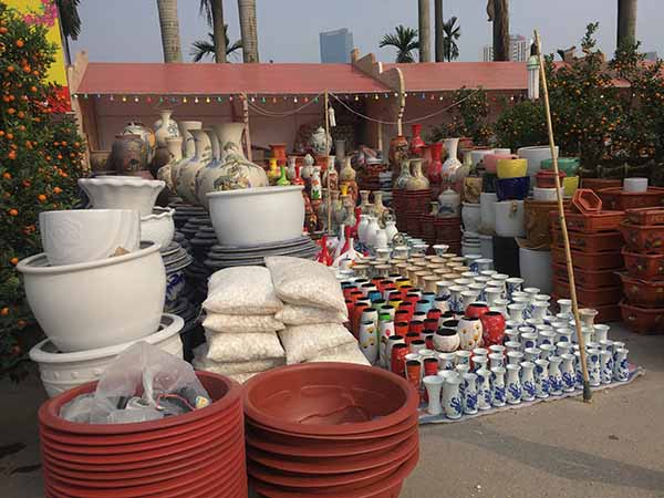 Đồ gốm sứ cũng là một trong những mặt hàng đắt khách dịp Tết mọi năm. Bình hoa, chậu cây, được người dân tìm mua để trang trí cho ngôi nhà của mình.