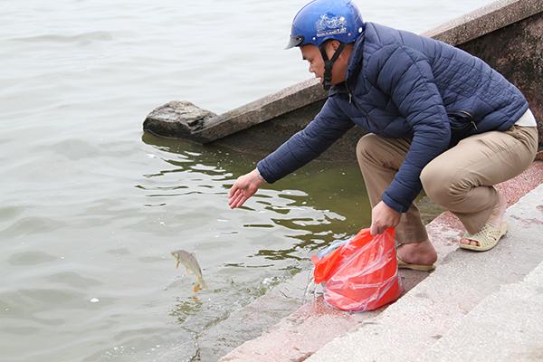 Thời tiết đẹp, người dân thả cá tiễn ông Công ông Táo sớm