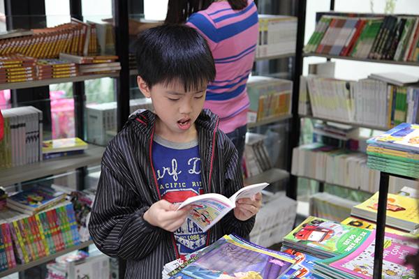 Cậu bé chăm chú đọc những trang truyện Doremon nổi tiếng.