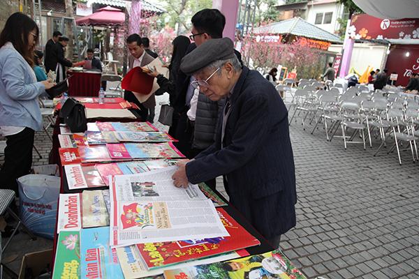 Các cuốn tạp chí, những tờ báo xuân lại nhận được sự quan tâm của những người lớn tuổi.
