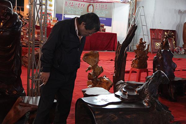 Các sản phẩm thủ công mỹ nghệ truyền thống được đưa tới hội chợ với nhiều mặt hàng chạm khắc phong phú, tinh xảo.
