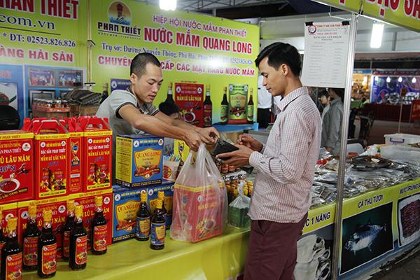 Sản phẩm truyền thống của một số tỉnh thành cũng góp mặt tại hội chợ như nước mắm Phan Thiết, bánh đậu xanh Hải Dương,…
