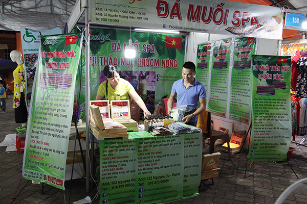 Không chỉ có sự góp mặt của các mặt hàng thực phẩm, thời trang,… Tại hội chợ còn có những gian hàng hoá mỹ phẩm phục vụ sức khoẻ người tiêu dùng.