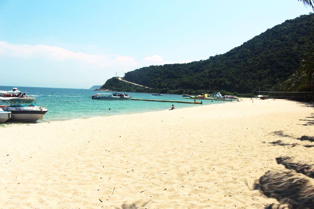 Để đi ra đảo Cù Lao Chàm bạn phải mua vé tàu canon hoặc đi tàu gỗ (Ảnh: Hoàng Anh)