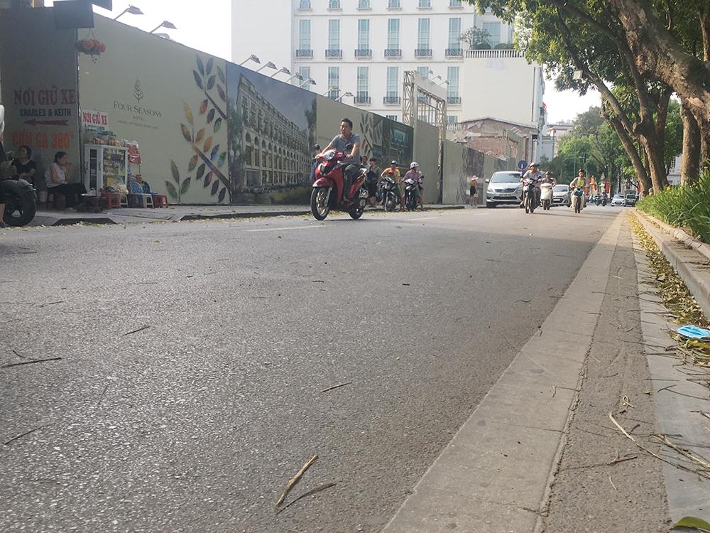 Hà Nội vắng vẻ, người dân phớt lờ luật giao thông