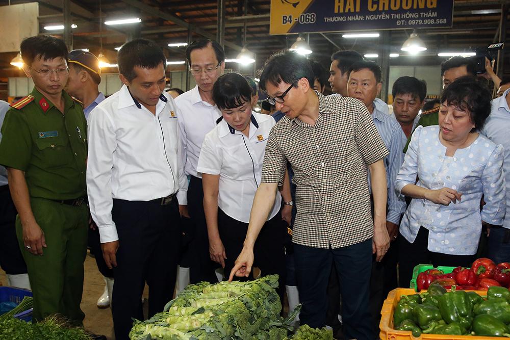 Phó Thủ tướng Vũ Đức Đam đi thị sát chợ đầu mối từ sáng sớm