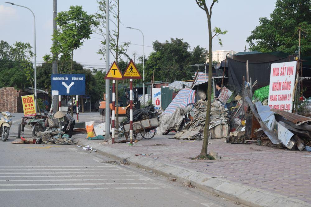rác thải, nhựa ngập trên vỉa hè tại cổng vào làng nghề