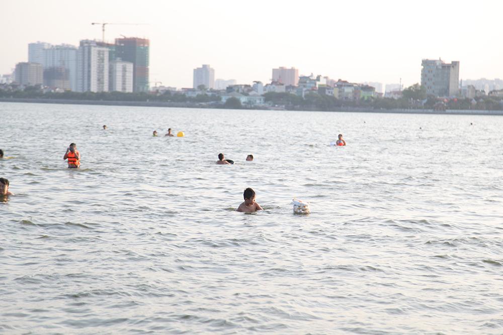 Áo phao, kính bơi rồi tới những chiếc phao tự chế được huy động để hỗ trợ người dân trong quá trình giải nhiệt ở 'bãi tắm' Hồ Tây. Những vật dụng này đã đủ để đảm bảo an toàn cho người dân?
