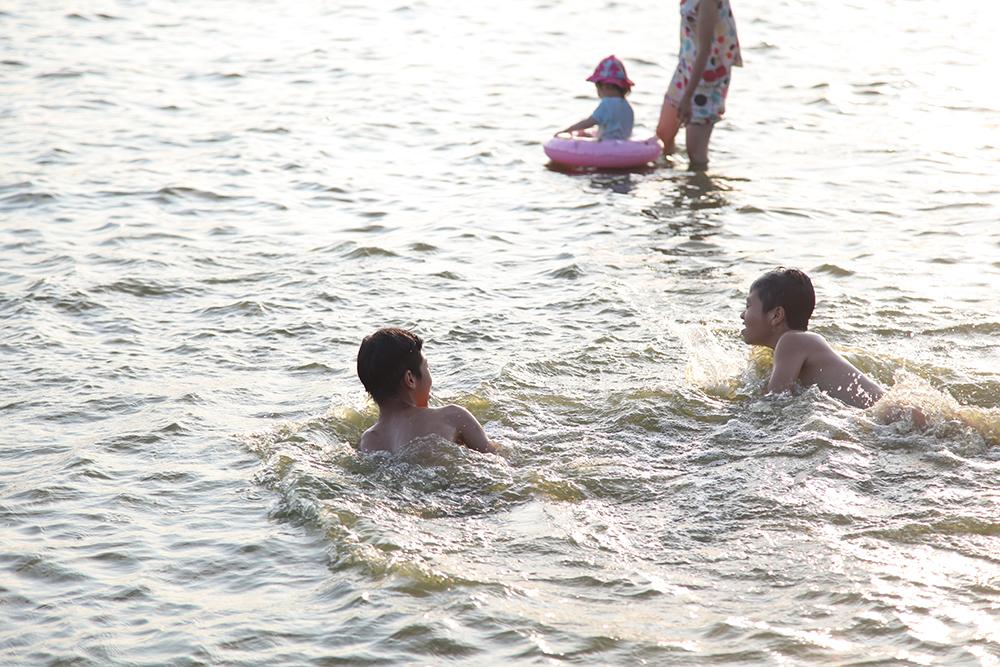 Mặc nguy hiểm, người dân Hà Nội đổ ra 'bãi tắm' tự phát Hồ Tây