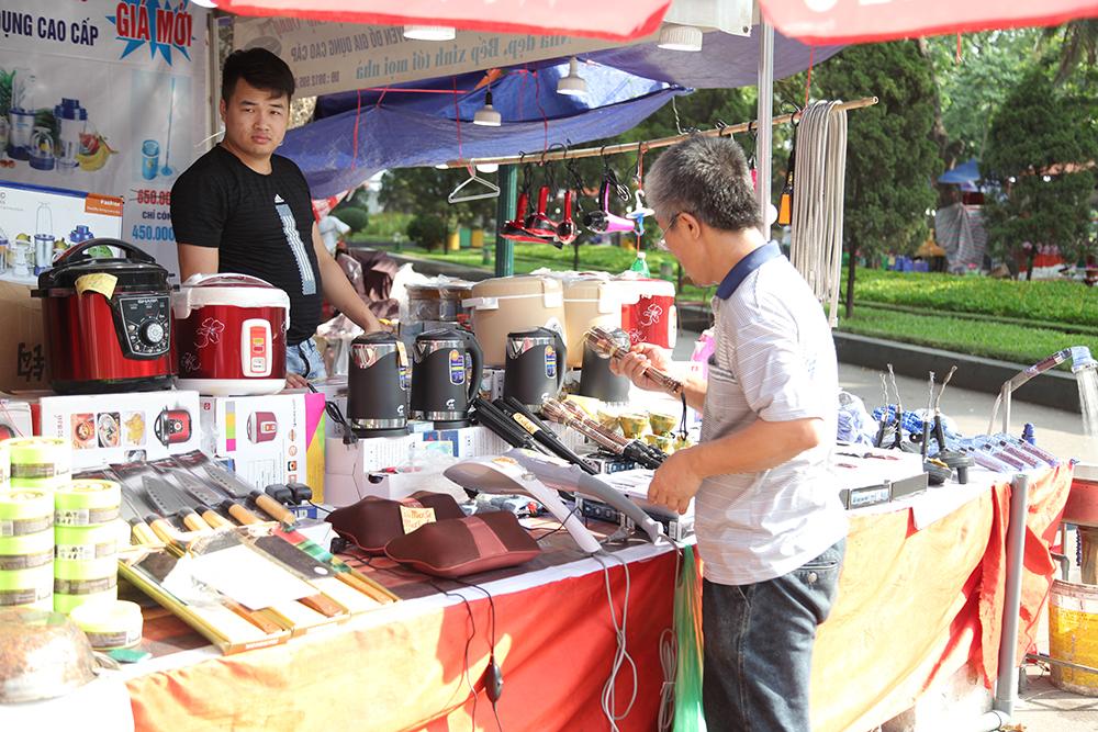 Hội chợ còn bày bán các thiết bị điện gia dụng và chống nóng trong ngày hè oi ả.