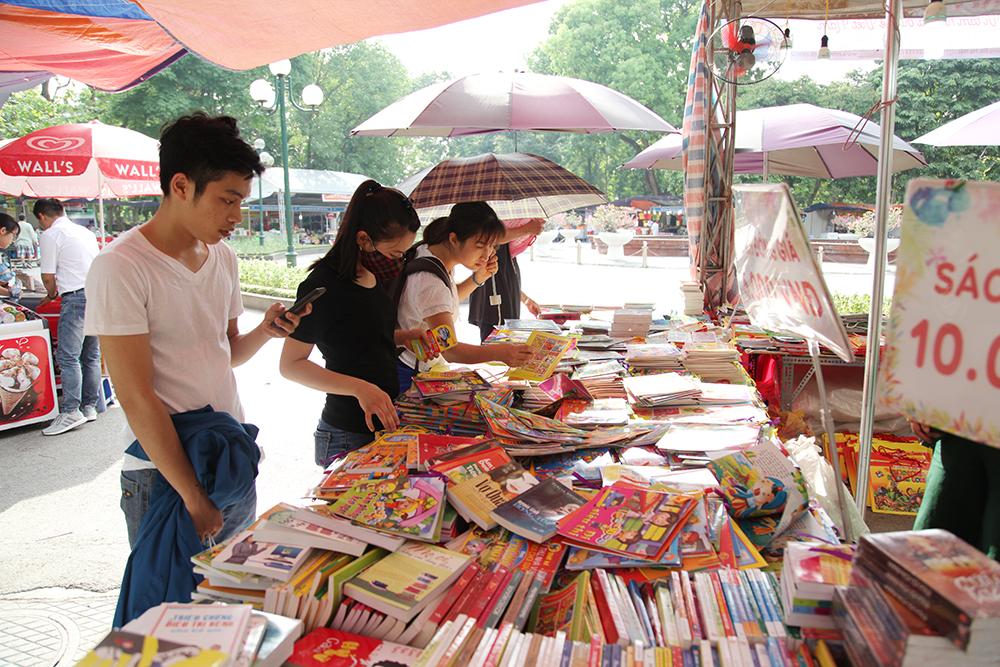 Các loại sách đồng giá chỉ từ 5.000 đồng thu hút sự quan tâm của các bạn trẻ.