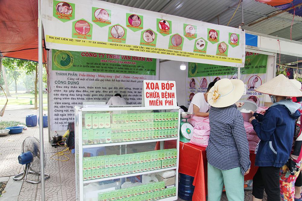 Người dân tới đây được trải nghiệm sản phẩm thuốc đông y ngay tại khu vực gian hàng.