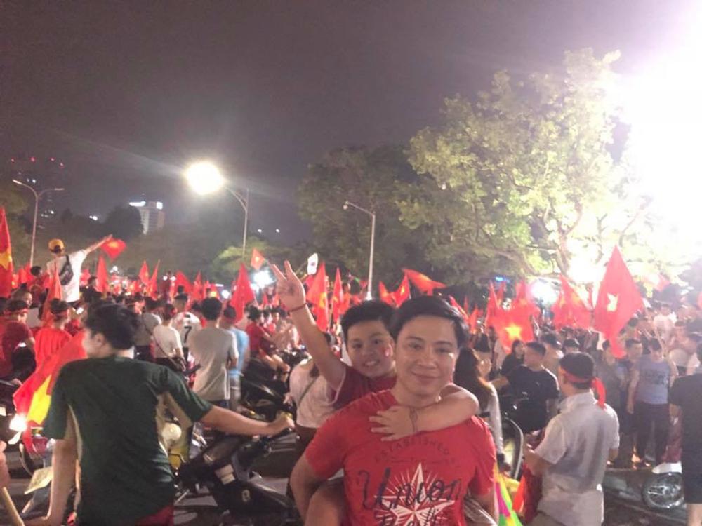 Nhiều em nhỏ cũng theo các bậc phụ huynh ra đường ủng hộ Olympic Việt Nam.