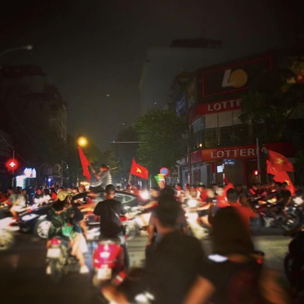 Sau trận đấu, Những lá cờ đỏ tung bay khắp các con phố ở trung tâm Hà Nội