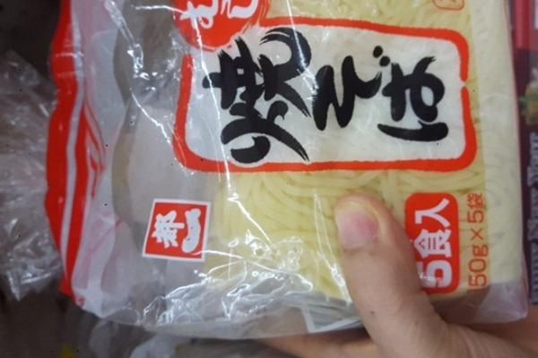 Các loại thực phẩm tươi như mỳ tươi Hàn Quốc, mỳ tươi Nhật Bản, mỳ tương đen... nên mua ở những trung tâm thương mại - bảo quản tốt trong nhiệt độ lạnh - để an toàn cho sức khỏe