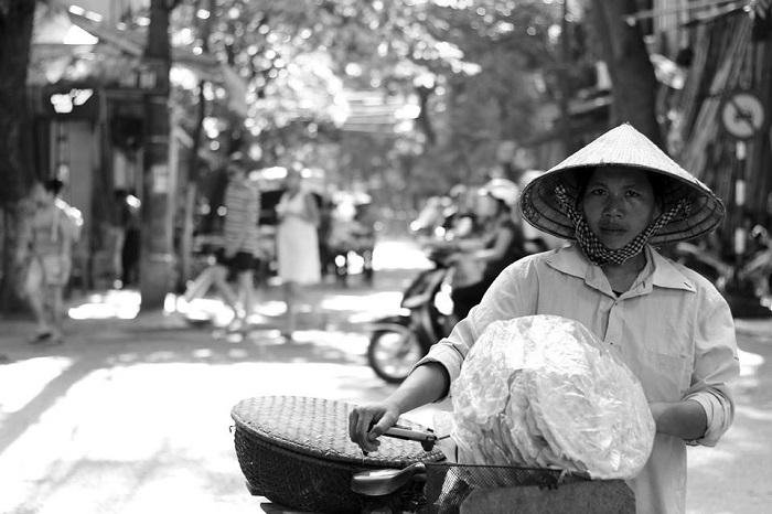 Mỗi ngày như vậy họ phải đạp xe hàng chục km quanh thành phố rồi trở về nhà(Ảnh: Hiếu Quang)