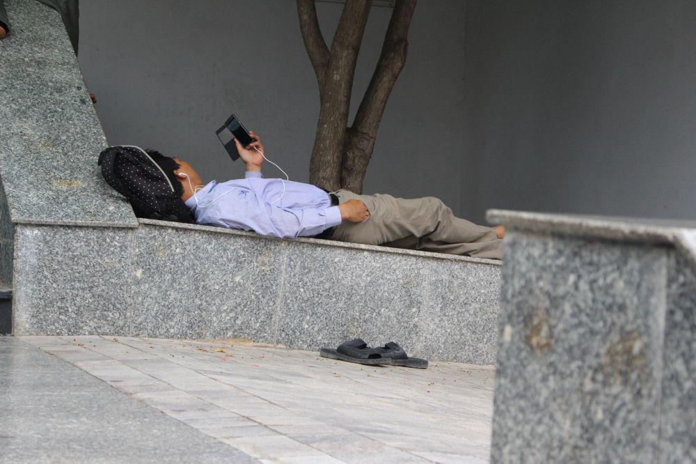 Các bố đưa con đi thi tìm chỗ ít người qua lại tranh thủ nằm nghỉ ngơi