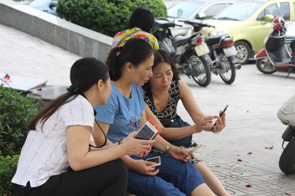 Các mẹ lạ cũng thành quen khi cùng nhau đợi con thi xong