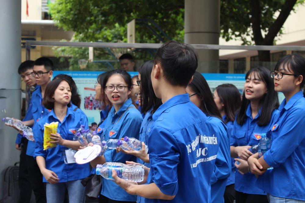 Mỗi điểm thi đều có lực lượng tình nguyện viên đông đảo phát khăn, nước uống cho người nhà và thí sinh sau khi ra khỏi cổng trường.