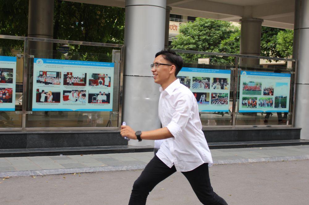Một thí sinh có vẻ rất phấn khởi khi ra khỏi phòng thi.