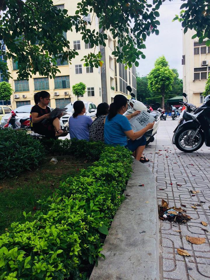 Người thì tranh thủ đọc báo giấy