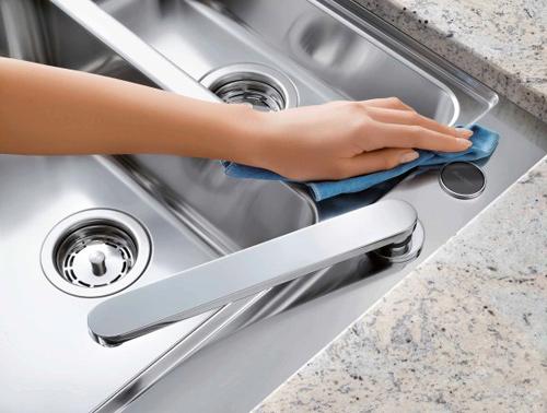 Sau khi vệ sinh đồ inox bạn nên lau khô để tránh đọng nước