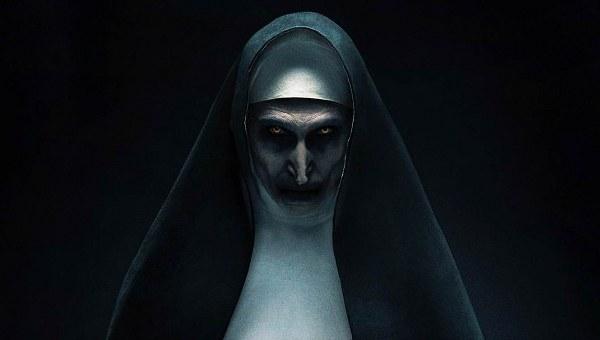 Tác phẩm lấy bối cảnh một tu viện thuộc Romania năm 1952, trước những sự kiện diễn ra trongThe Conjuring và Annabelle. Đặc biệt,The Nun tập trung vào nhân vật ác ma Valak cùng câu chuyện tìm về quá khứ ở tu viện tạo nên nguồn cơn của ác quỷ này