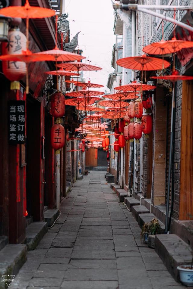 Nếu có dịp đến Phượng Hoàng, bạn nhất định phải đến con đường ô đỏ, độc đáo nằm giữa những