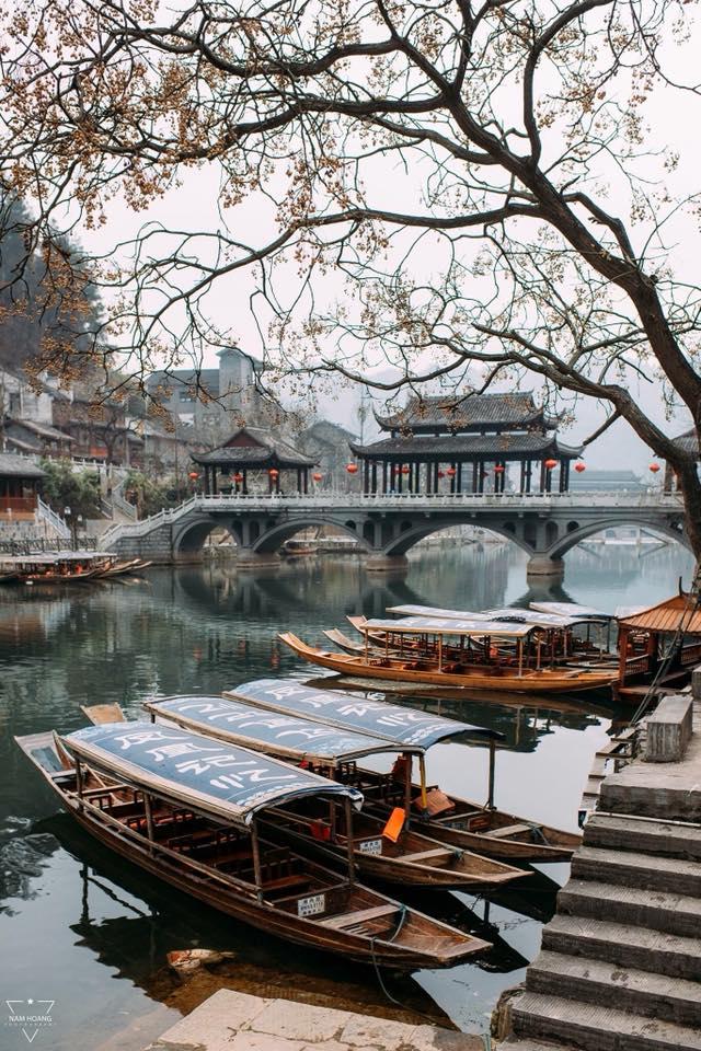 Nối liền 2 bờ thị trấn là Lầu Phong Thúy Hồng Kiều nằm vắt ngang dòng Đà Giang