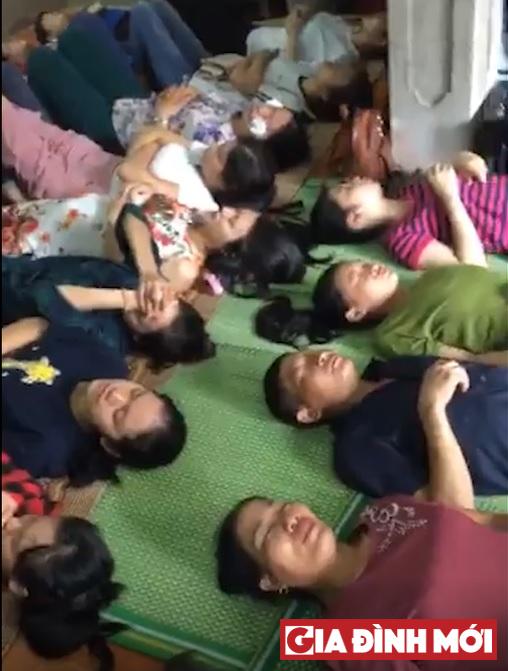 Vài chục bệnh nhân nằm xếp hàng chờ thầy Tân nhỏ thuốc chữa mắt