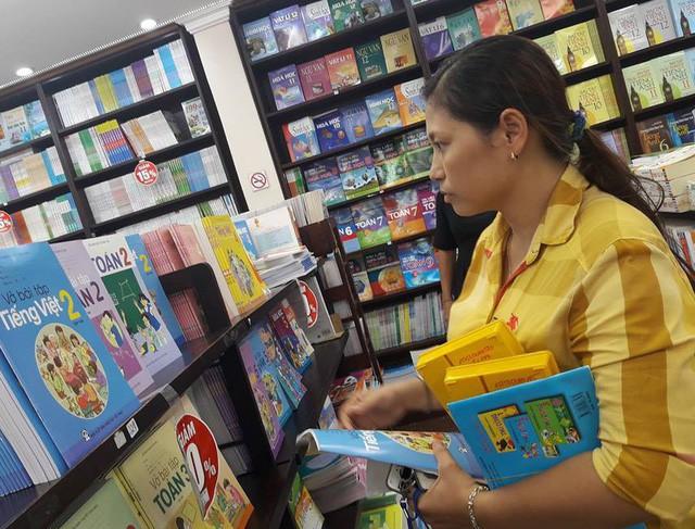 Phụ huynh tại TPHCM tìm mua sách giáo khoa đầu cấp cho con