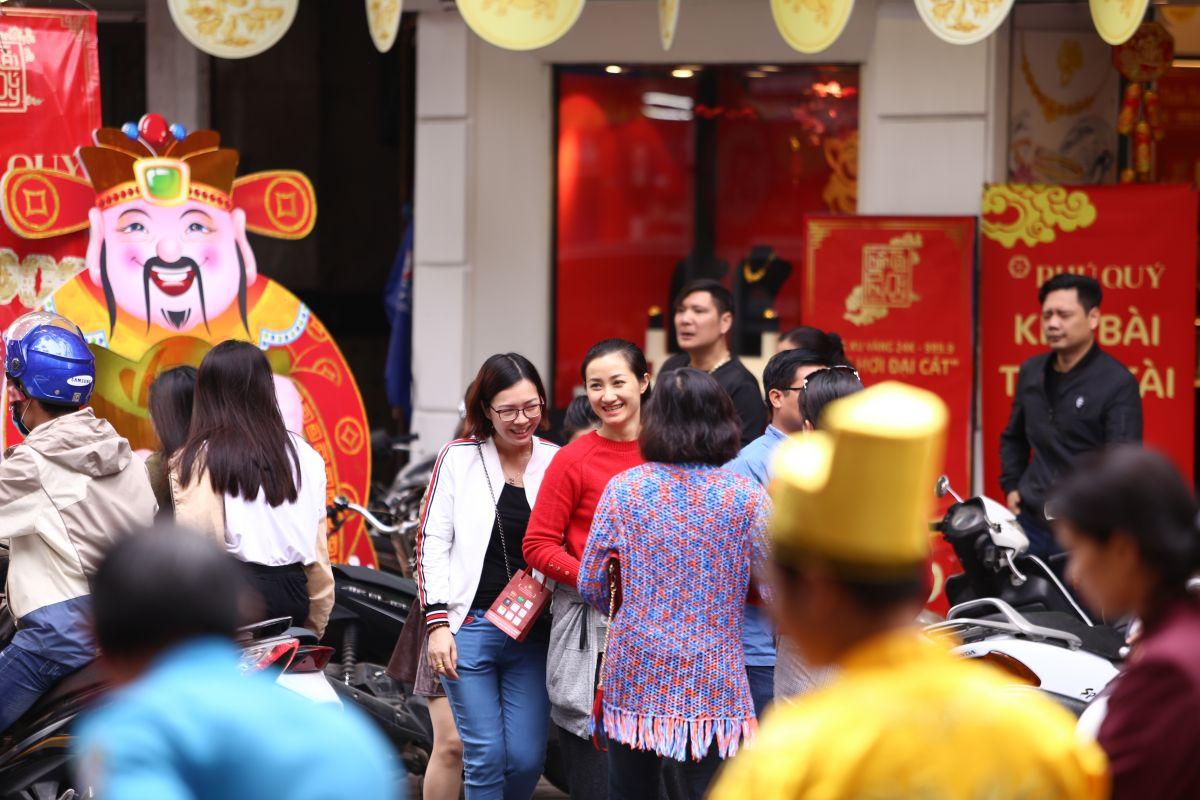 Trước ngày Thần Tài, người Hà Nội chen chúc đi mua vàng