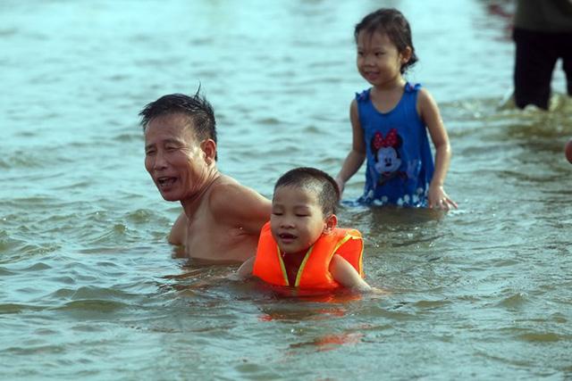 Cần trang bị cho trẻ những kĩ năng bơi đảm bảo an toàn, ứng phó khi có những tình huống bất ngờ trong môi trường nước.