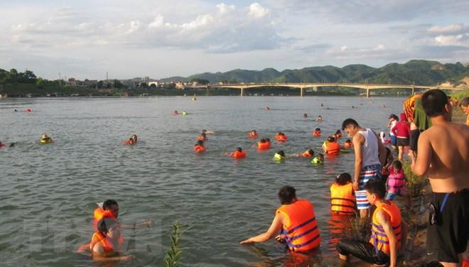 Những mối nguy hại cho sức khỏe khi bơi trong vùng nước nhiễm bẩn