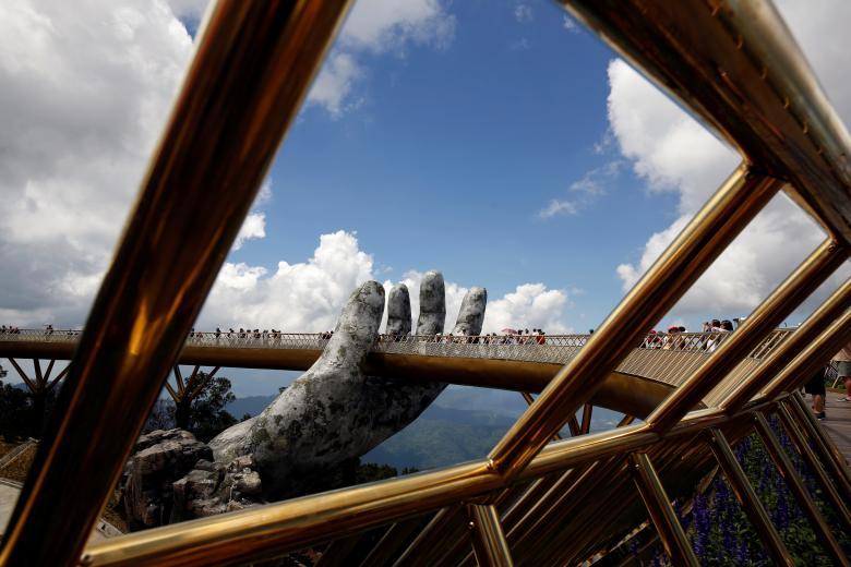 Bàn tay thần từ một góc nhìn trên Cầu Vàng. (Ảnh: REUTERS/Kham)