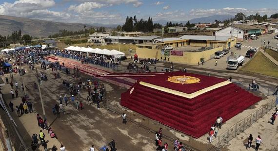 Kỷ lục Guinness mới: Kim tự tháp khổng lồ làm từ hoa hồng
