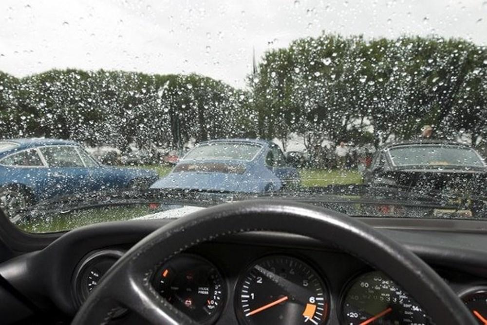 Kính lái ô tô bị mờ khi trời mưa, phải làm gì?