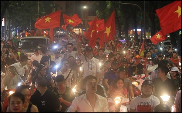 Olympic Việt Nam lọt top 8 ASIAD 18: Cổ động viên thâu đêm ăn mừng