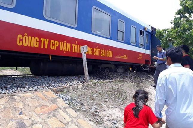 Tàu trật bánh khiến đường sắt Bắc - Nam tê liệt